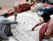 کراچی، رات کے وقت چلنے والی ٹھنڈی ہوائوں کے سبب لحاف کی مانگ میں اضافہ ..