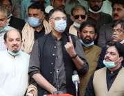 کراچی، وفاقی وزیر پلاننگ اسد عمر متحدہ قومی موومنٹ کے ڈسٹرکٹ آفس میں ..