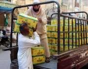 کراچی کھجور بازار میں سخت گرمی کے دوران مزدورگھی کے کاٹن سوز کی سے اُتار ..