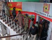 راولپنڈی، چاندنی چوک میں واقع یوٹیلیٹی سٹور سے اشیاء خریدنے کیلئے ..
