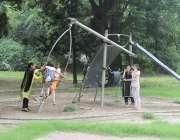 لاہور باغ جناح میں آنے والے بچے کھیل کود میں مصروف ہیں۔