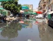 کراچی : کھوڑی گارڈن مارکیٹ میں سوریج کا پانی جمع ہے جس وجہ سے شہری اور ..
