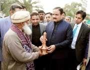 لاہور: وزیراعلی پنجاب سردار عثمان بزدار کو جیلانی پارک میں جشن بہاراں ..