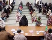 کراچی، خواتین کی بڑی تعداد احساس پروگرام کے تحت امدادی رقم وصول کرنے ..