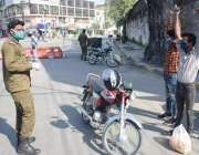 لاہور، پولیس اہلکار نے دفعہ 144 کی خلاف ورزی کرنے پر موٹرسائیکل سوار ..
