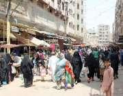 کراچی: لیاری مارکیٹ سے شہری خریداری کر رہے ہیں جبکہ کسی بھی ایس او پی ..