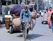 کراچی: ایک محنت کش سائیکل سوار بوریاں لادے جا رہا ہے