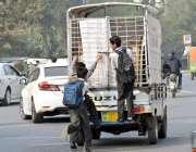لاہور: سکول سے چھٹی کے  بعد گھر جانے کیلئے بچے خطرناک طریقے سے چلتی گاڑی ..