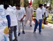 راولپنڈی، امدادی کارکن ترک عوام کی جانب سے مستحق افراد میں راشن تقسیم ..