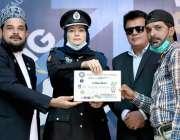 کراچی : مقامی اسکول میں امن کے عالمی دن کے حوالے سے منعقدہ ایوارڈ کی ..