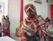 کراچی، ایک خاتون احساس پروگرام کے تحت ملنے والی رقم گن رہی ہے۔