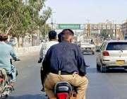 کراچی :ایڈیشنل آئی جی کراچی کے احکامات کی دھجیاں اڑاتے ہوئے پولیس اہلکار ..