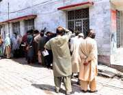 راولپنڈی: پیر واہدی کے علاقے میں پوسٹ آفس کے باہر قطار میں کھڑے لوگ ..