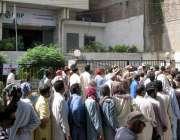 حیدرآباد: نیشنل بینک کے باہر پینشن لینے کے لیے لوگ بڑی تعداد میں کھڑے ..