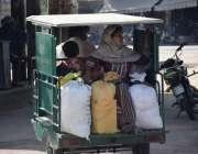 لاہور: ایک مسافر خاتون دوسرے شہر جانے کیلئے چنگ چی رکشے میں سوار ہو ..