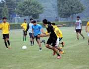 فیصل آباد: نوجوان مقامی پارک میں فٹ بال کھیل رہے ہیں