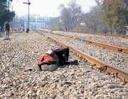 راولپنڈی: ایک محبوط الحواس شخص ریلوے ٹریک کے قریب سویا ہوا ہے۔
