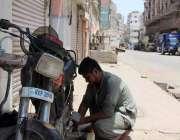 کراچی: لاک ڈوان کے باعث ٹاور مارکیٹ بند ہے جبکہ ایک موٹر سائیکل سوار ..