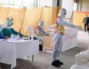 لاہور، ایکسپو سینٹر میں ریسکیو 1122 کا عملہ کورونا وائرس سے متاثرہ ایک ..