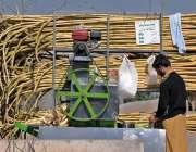 راولپنڈی:بدلتے موسم کے ساتھ ہی ایک محنت کش نے سڑک کنارے گنے کا رس فروخت ..