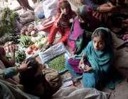 لاہور: منڈی میں بچیاں سبزیاں فروخت کرنے کیلیے بیٹھی ہیں۔