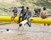 لاہور: بچے گرمی کی شدت کم کرنے کیلئے نہر میں نہار ہے ہیں۔
