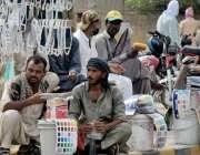 لاہور : مزدور کام نہ ہونے کے باعث پریشان بیٹھے ہیں۔