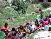 حیدرآباد: ہالہ ناکا کے علاقہ میں واٹر چینل پر دیہاتی خواتین کی بڑی تعداد ..