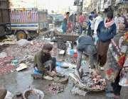 لاہور: شہری منڈی سے مچھلی خرید رہے ہیں۔