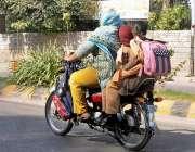 راولپنڈی، سکول سے چھٹی کے بعد ایک خاتون موٹر سائیکل پر اپنے بچوں کو ..