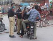 حیدرآباد: لاک ڈاؤن کے دوران پولیس موٹر سائیکل سواروں کو روک رہی ہے۔
