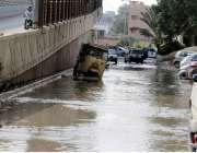 کراچی : شہرقائد میں بارش کے بعد سڑک پر جمع ہونیوالے پانی کے باعث رکشہ ..