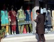 اسلام آباد: شاپنگ سینٹ کھولنے پر ایک شہری مال میں نمایاں کئے گئے ملبوسات ..