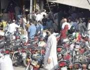 لاہور : لاک ڈاؤن کے باوجود اکبری منڈی میں اشیائے خوردونوش کی خریداری ..