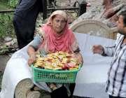 لاہور: ایک خاتون کھانے پینے کی اشیاء فروخت کر رہی ہے۔