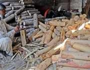 راولپنڈی: کاریگر روم کولر کی خسیں تیار کرنے کیلئے لکڑیاں کاٹ رہا ہے ..