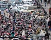 راولپنڈی سکستھ روڈ پر پارک کئے گئے موٹر سائیکلوں کے باعث اکثر اوقات ..