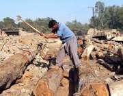 سرگودھا: ایک مزدور اپنے کام کی جگہ پر لکڑی کاٹ رہا ہے