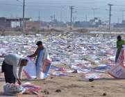 ملتان: دھونے کے بعد خشک ہونے والے تھیلے مزدور پھیلانے میں مصروف ہیں۔
