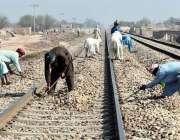 ملتان: چک آر ایس پاٹھک شجاع آباد کے قریب ریلوے پٹریوں کی مرمت کرتے ہوئے ..
