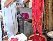 لاڑکانہ: ریشمگلی میں اپنے کارکن کپڑے کے ٹکڑے رنگتے ہوئے