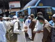 پشاور: ٹرانسپورٹ کھلنے پر مسافر بس ٹرمینل پر کھڑے ہیں۔