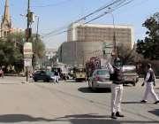 کراچی، ٹریفک پولیس اہلکار ایس او پیز پر عملدرآمد کرتے ہوئے اپنی ڈیوٹی ..