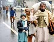 لاہور سٹاف کی ہڑتال کے باعث میٹروٹرین کی سروس معطل ہونے پر مسافر سامان ..