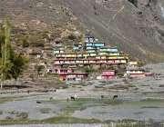 ناران کے قریب رنگ برنگے گھروں کا خوبصورت منظر۔