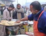 لاہور: فروٹ مارکیٹ میں صارفین کو ناشتہ میں فروخت کرنے کے لئے روایتی ..