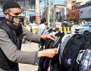 پشاور: صدر بازار میں کورونا وائرس کے احتیاطی تدابیر کے طور پر فیس ماسک ..