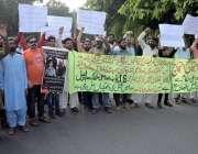 لاہور : سلطان پورہ کے رہائشی اپنے مطالبات کے حق میں احتجاج کررہے ہیں۔