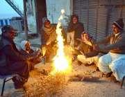 حیدرآباد: شہر میں ٹھنڈے موسم میں اپنے آپ کو گرم رکھنے کے لئے لکڑی کی ..