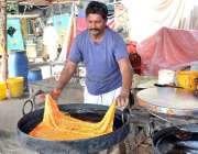 فیصل آباد: ایک دکاندار سڑک کنارے اپنی دکان پرروایتی قتلمہ بنا رہا ہے۔